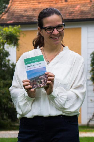 Autorin Barbara Horvatits-Ebner mit ihrem ersten Buch