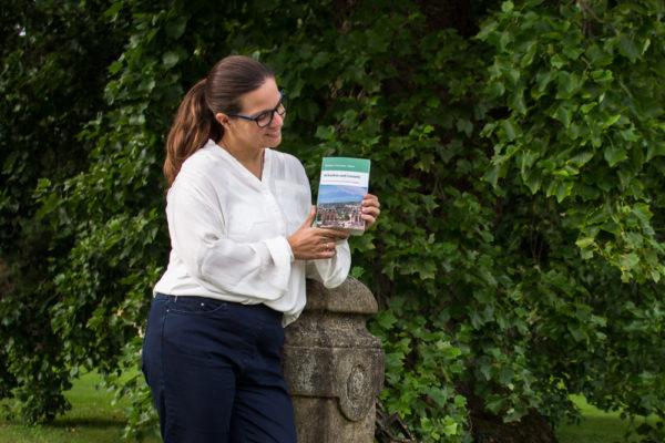 Frau präsentiert ihr Buch