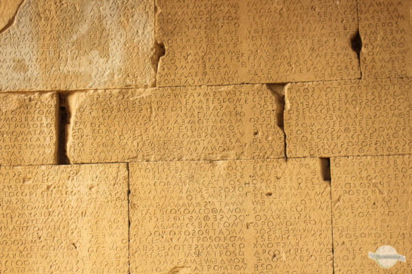 römisches Odeion: Schrift in Mauer in Gortis auf Kreta