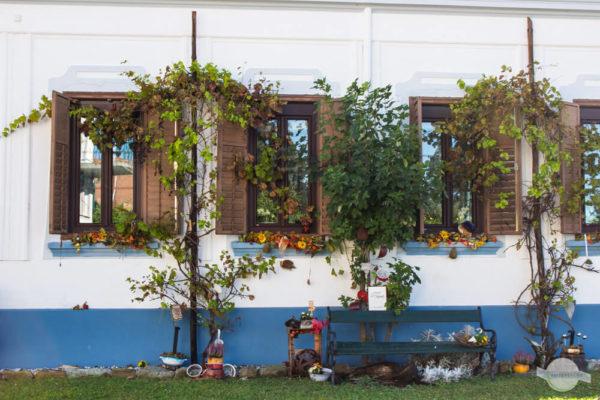Deko vorm Haus im Südburgenland