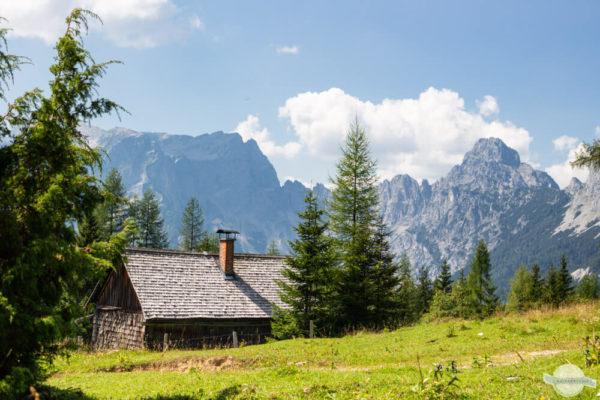 Hütte und Berge im Gesäuse