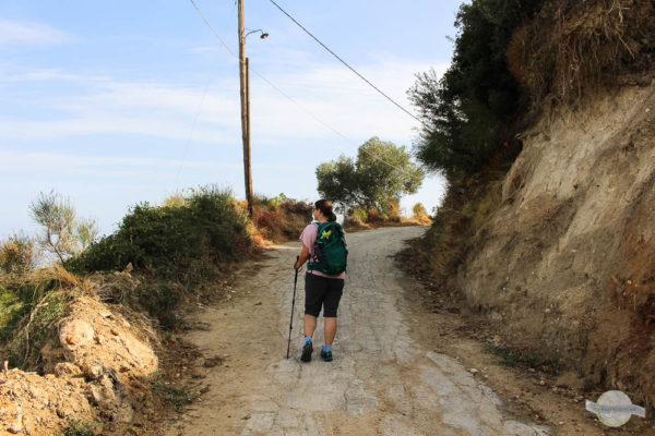Wanderin auf Straße in Kreta