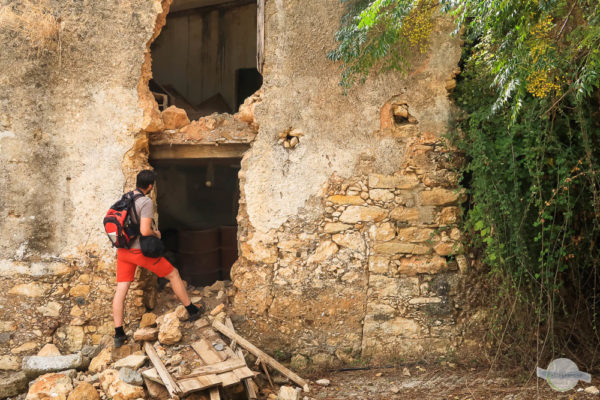 Mann steht vor Ruine auf Kreta