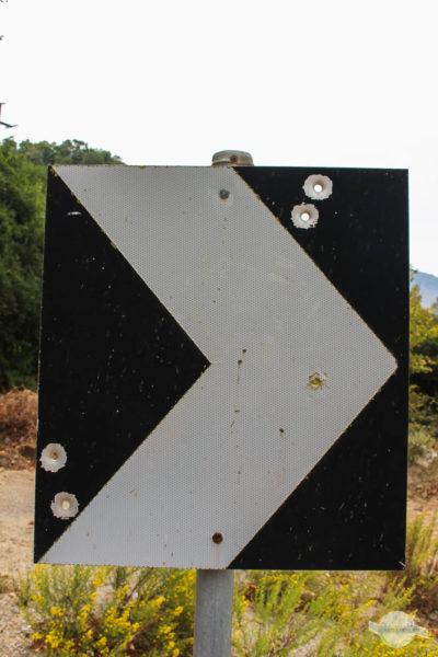 Durchschossenes Straßenschild auf Kreta