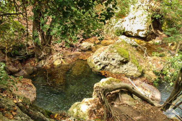 Natürliches Wasserbecken in der Myli-Schlucht