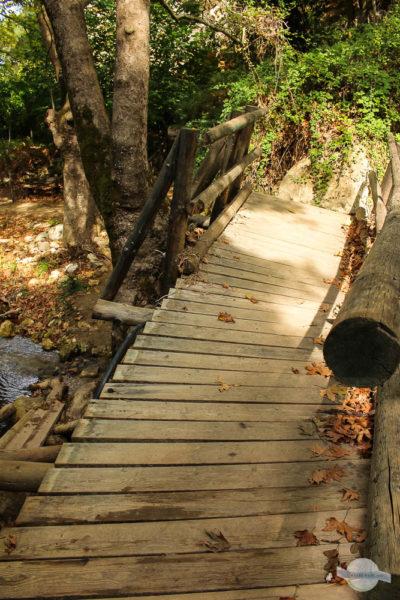 Kaputte Holzbrücke