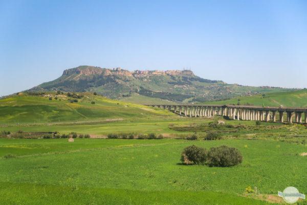 Enna Sizilien - Blick auf Enna vom Zug aus