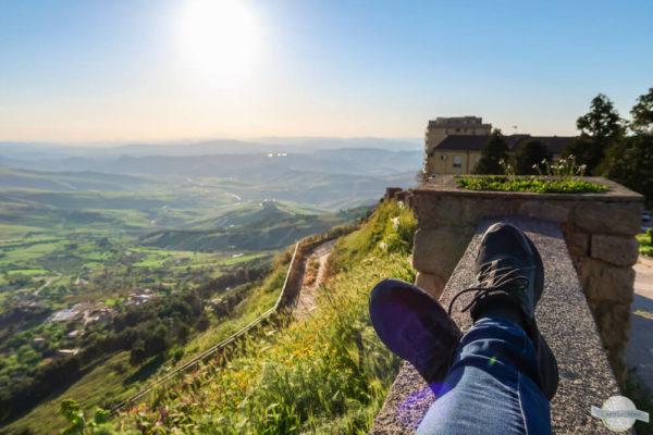 Auf Mauern sitzen in Italien