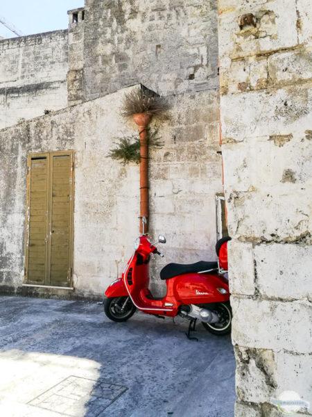 Rote Vespa in Italien