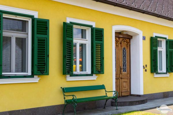 Bank vor Haus im Burgenland