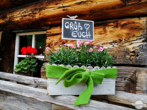 Grüß euch Blumen mit Schild