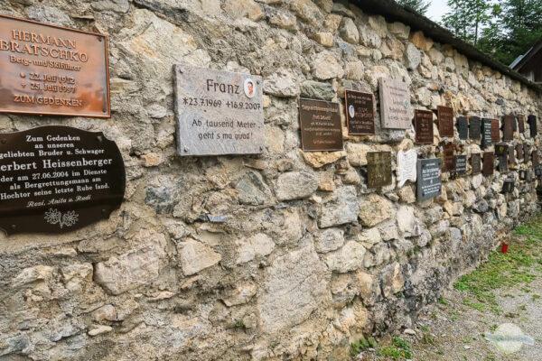 Tafeln am Bergsteigerfriedhof