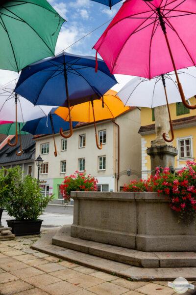 Gesäuse im Regen - Platz mit Regenschirmen