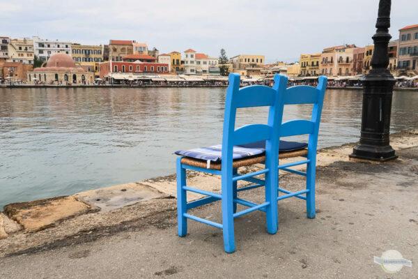 blaue Stühle in Griechenland