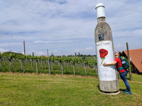 Traminerweg Klöch - große Flasche umarmen