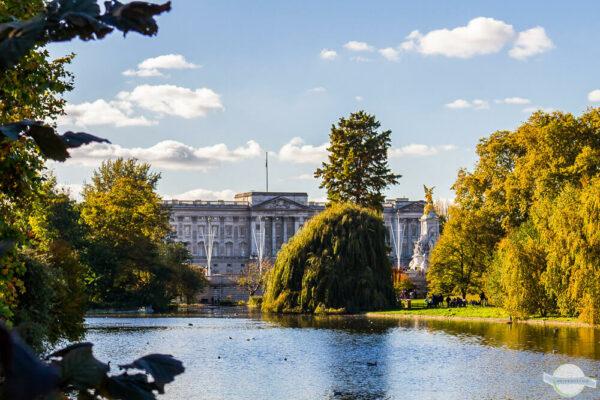 Buckingham Palace mit Teich davo