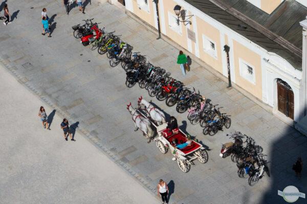 Kutsche und Fahrräder
