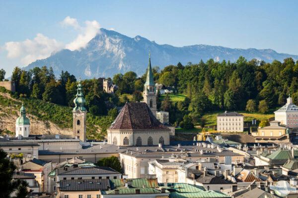 Ausblick auf Salzburg mit Kirchen und Bergen