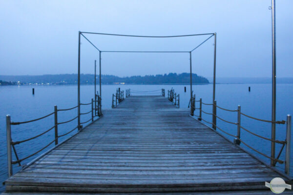 Steg ins Meer am Abend